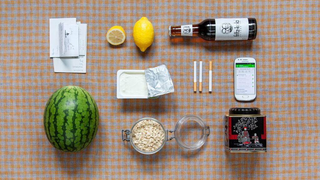Lisa, 18 seit drei Jahren leidet sie an Bulimie und Magersucht. Melone, Haferflocken, Tee, App zum Kalorienzählen, Zigaretten, Magerquark, Notizen um eigenen Essverhalten, Zitronen, Cola