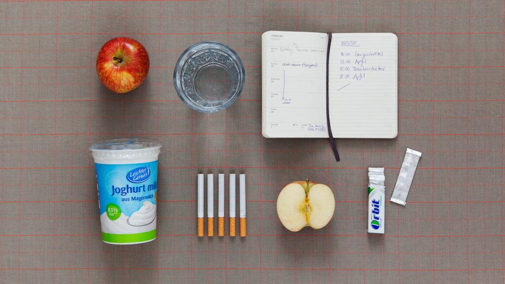 Petra, 21, litt 3,5 Jahre an einer Mischform aus Bulimie und Magersucht. Naturjoghurt, Zigaretten, Äpfel, Kaugummis, Essprotokoll, Wasser