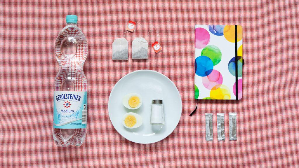 Christina, 25, leidet seit 10 Jahren an Magersucht. Große Wasserflasche, hartgekochte Eier mit Salz, Kaugummi, Tagebuch, Tee