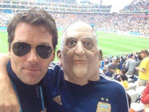 Oliver Wurm mit einem Argentinien-Fan bei der WM.