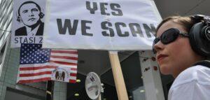 Demonstration gegen NSA-Überwachung am Checkpoint Charlie in Berlin
