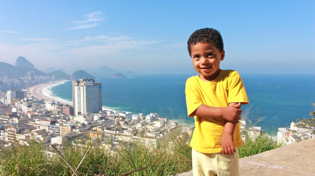 Luan ist zwei Jahre alt. Seine Favela liegt direkt an der Copacabana.