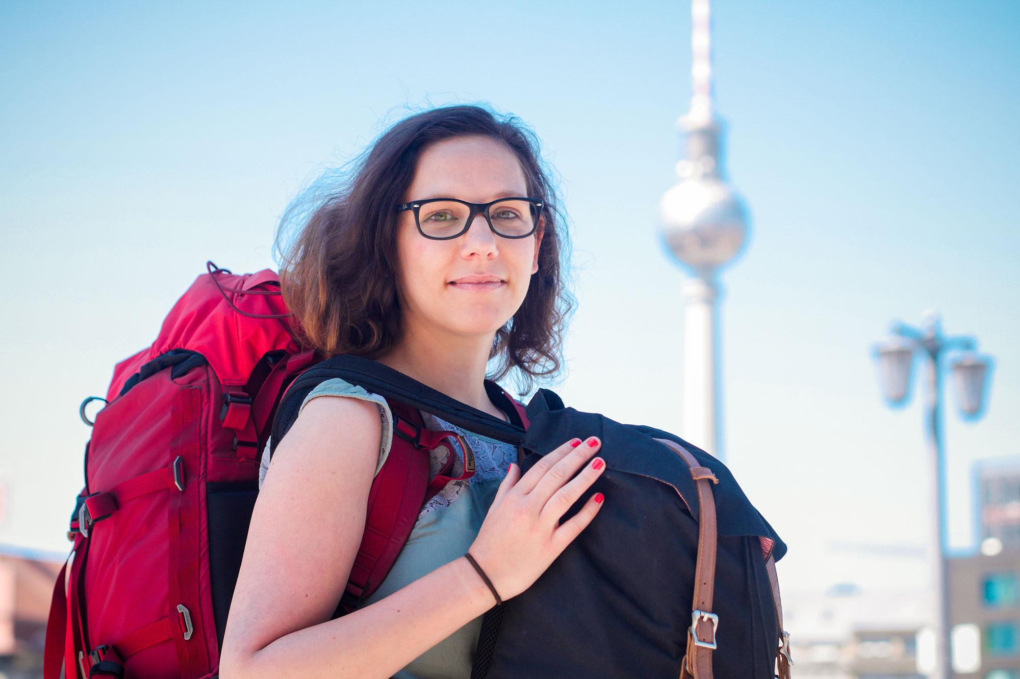 Medialab-Stipendiatin Lisa-Marie-Eckardt beginnt ihre Reise schwer bepackt in Berlin.